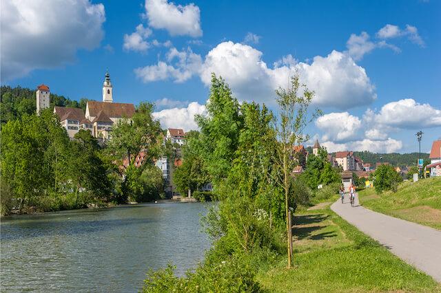HORB AM NECKAR, DEUTSCHLAND - 30. MAI 2009: Blick auf den Neckar an die historische Altstadt von Horb am Neckar mit der Stiftskirche und dem Schurken-Turm. Schwarzwald, Deutschland, Europa