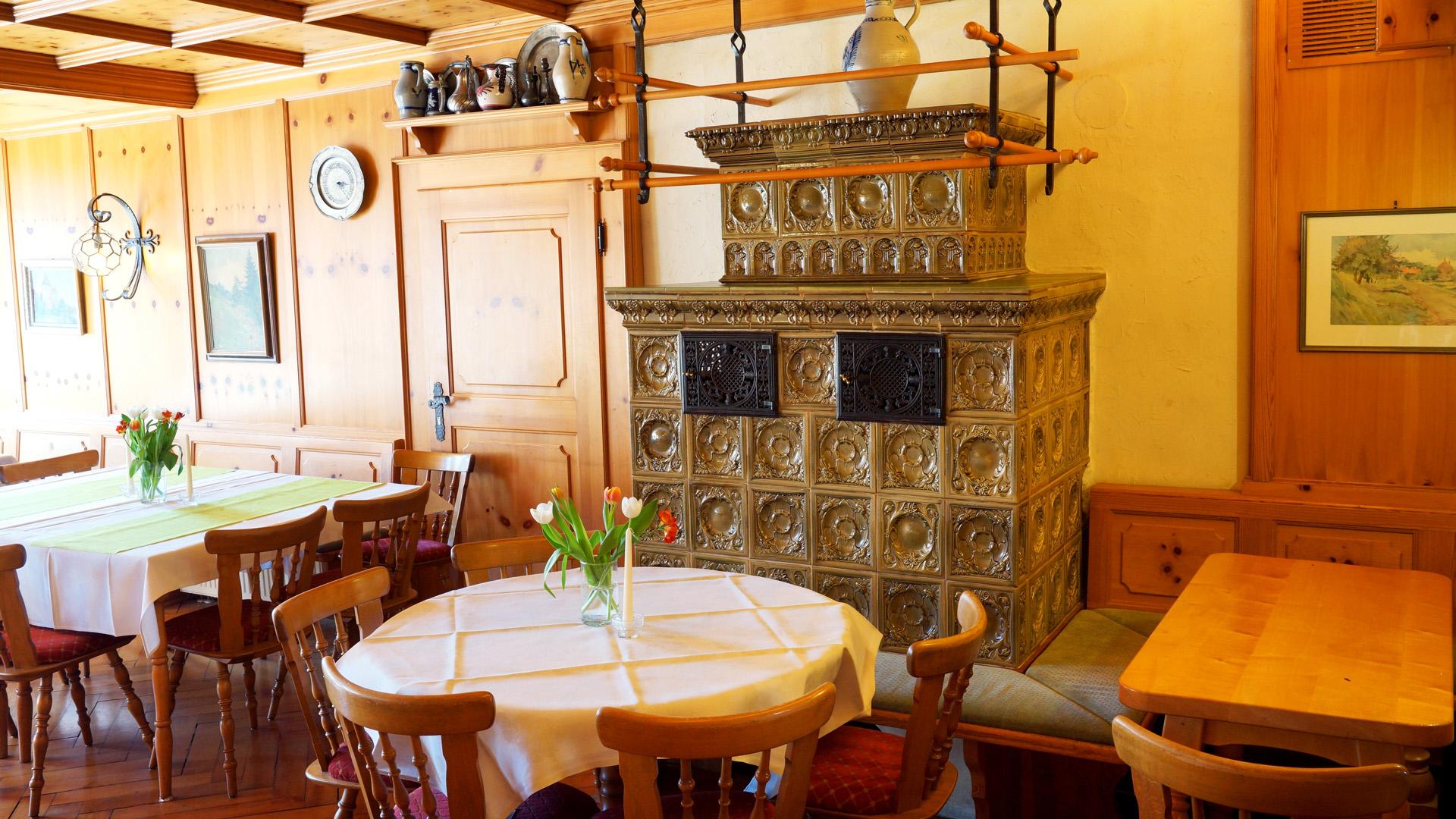 Kachelofen im Nebenzimmer der Wirtschaft | Hotel-Gasthof Schiff - Horb am Neckar