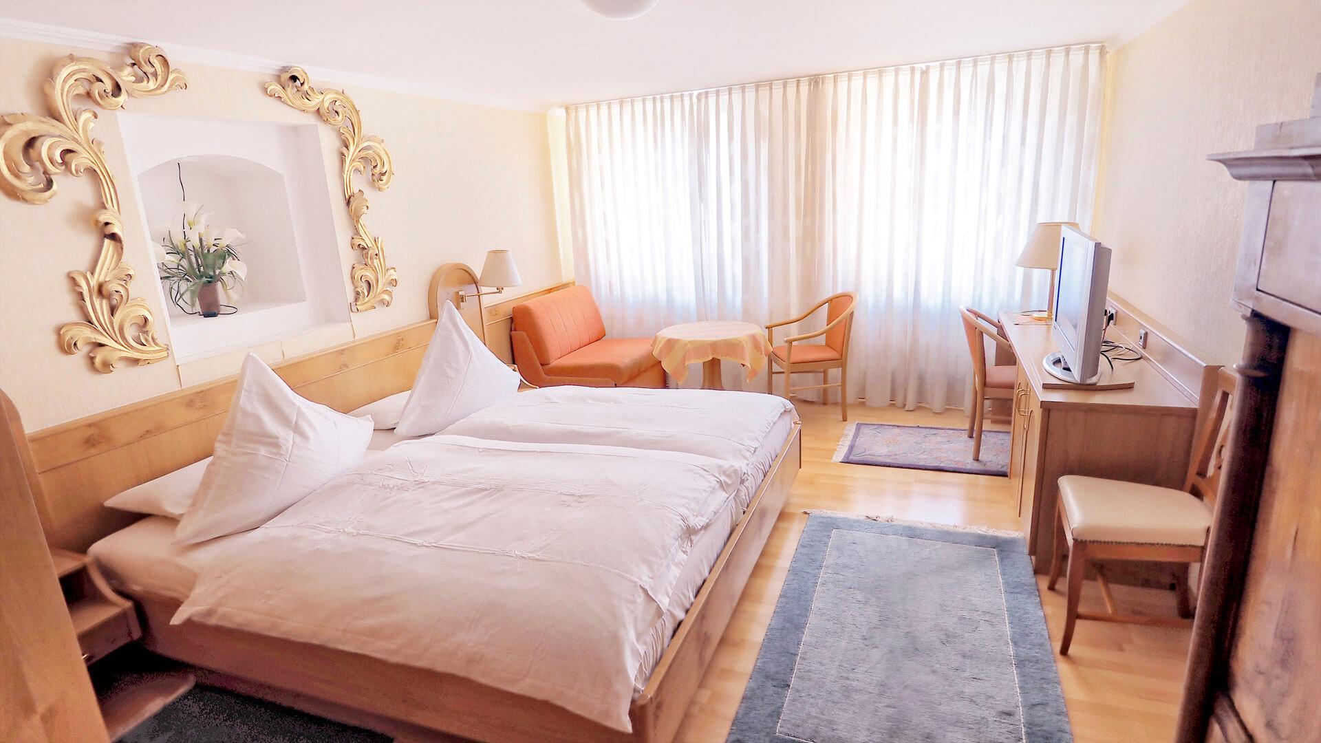 Familienzimmer - Bett mit Sitzecke und Schreibtisch | Hotel-Gasthof Schiff - Horb am Neckar